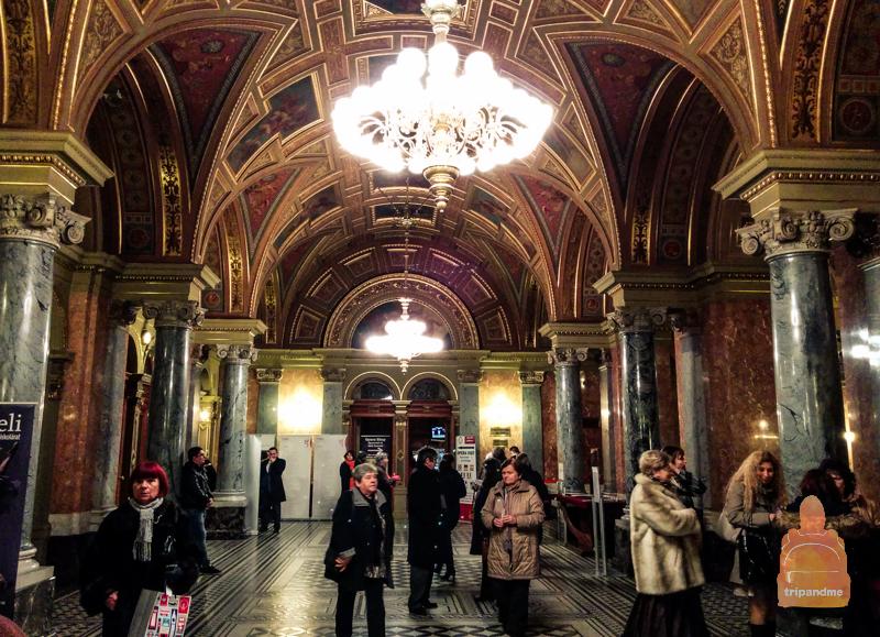 Фойе в здании оперы