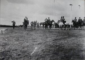Офицеры сопровождают императора Николая II к месту смотра.