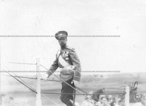 Император Николай II, присутствующий на лагерном сборе, поднимается на площадку у царского шатра.