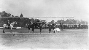 Император Николай II приветствует Павловский полк .