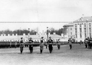 Вынос полковых штандартов на парад.