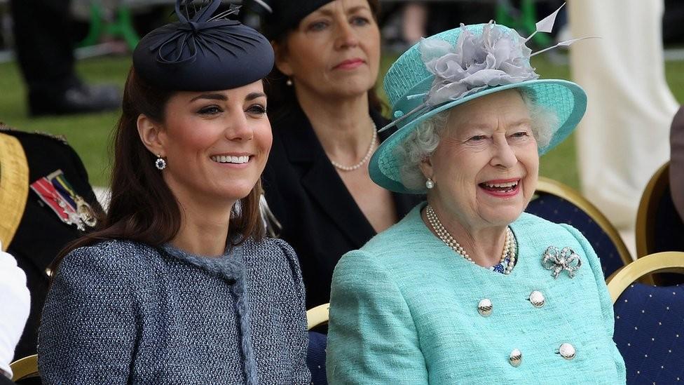 ЕлизаветаII готова передать престол принцу Уильяму иКейт Миддлтон— Слухи