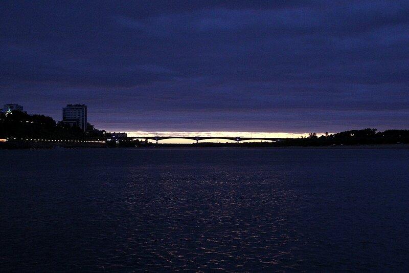 Закат, старый мост и огни набережной р. Вятки