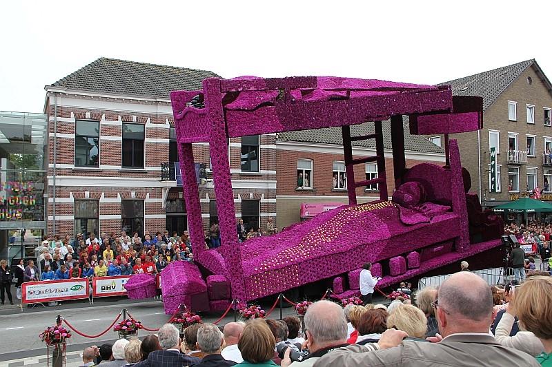 Парад гигантских цветочных скульптур «Corso Zundert 2013»