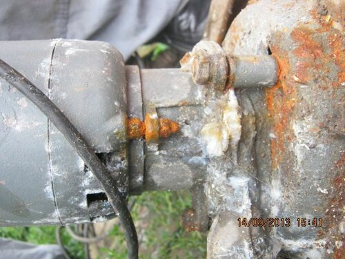 На насосе видны трещины (свищи), вызвавшие утечки воды из трубопровода и частое срабатывание гидрофора.