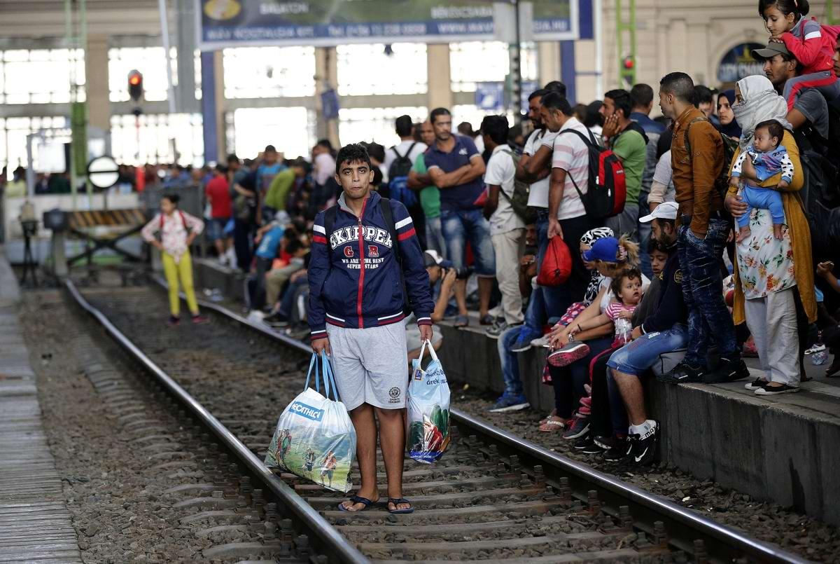 Штурм Будапешта: Мигранты с Ближнего Востока на ж/д вокзал венгерской столицы (11)