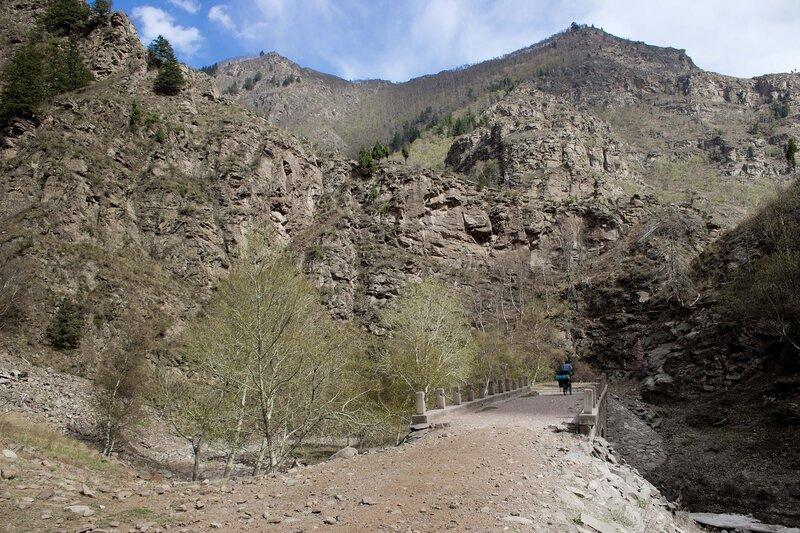 мост на старой дороге  в горах инь шань, внутренняя монголия, китай