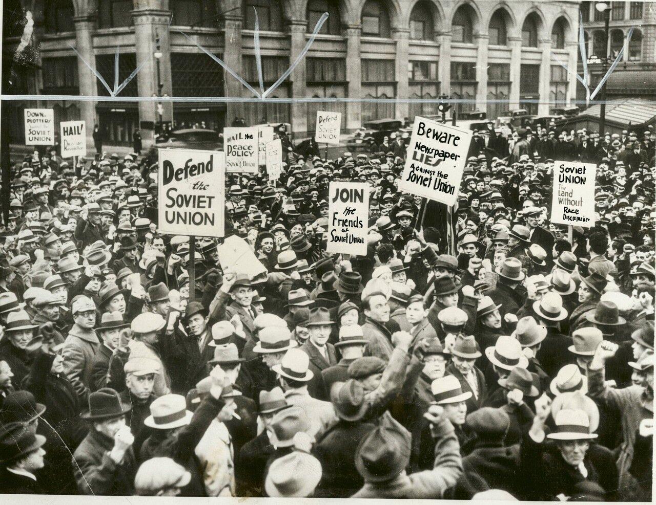 1934. Толпы сторонников Советского Союза за пределами Купер Юнион, Нью-Йорк,