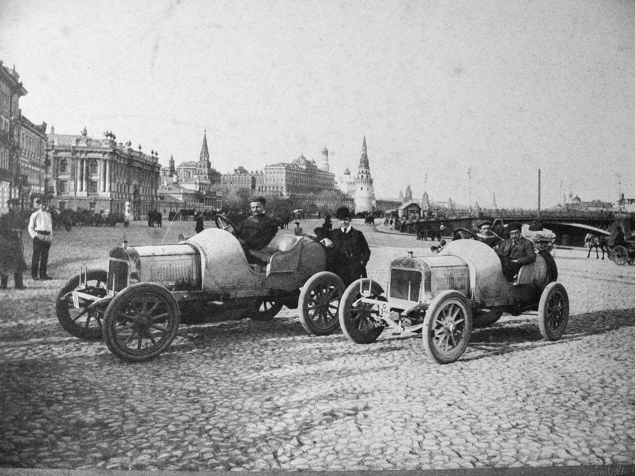 У Каменного моста. Участники ралли Санкт-Петербург - Москва. 1908