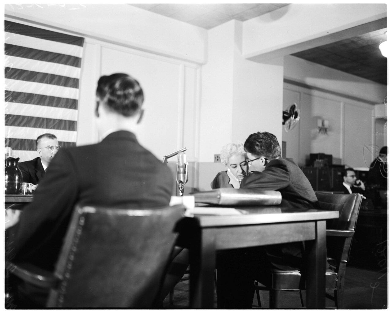1956. 6 декабря. Комиссия по расследованию антиамериканской деятельности. Дельфина Смит и адвокат Мюриш