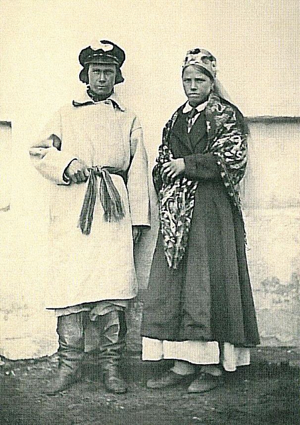 Жених и невеста в свадебных костюмах. Витебская губерния