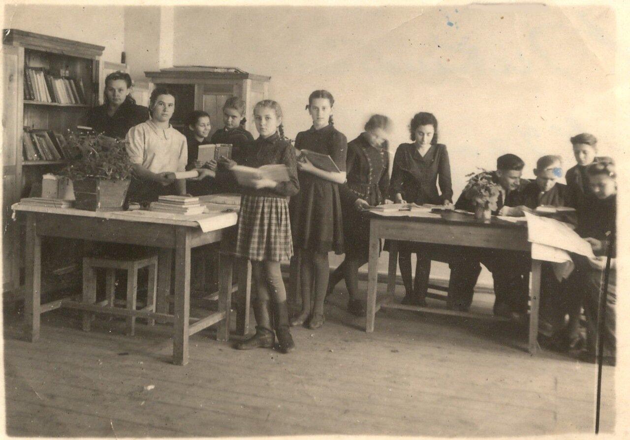 1949. В школьной библиотеке