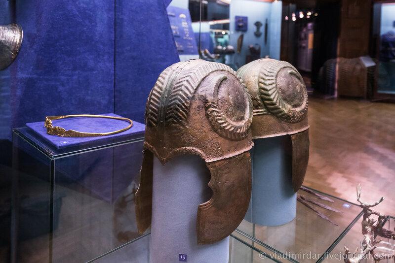 Шлем, украшенный бараньими рогами. Бронза. II в. до н.э.