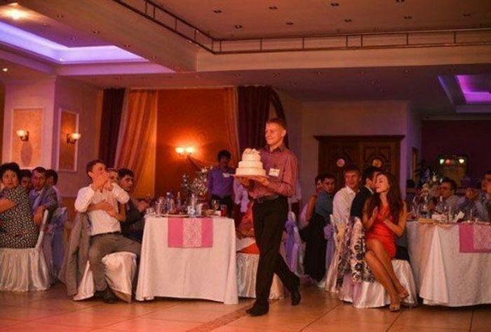 Официант и свадебный торт