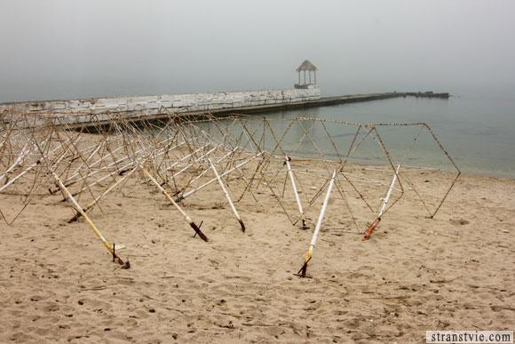 море и пляж в тумане