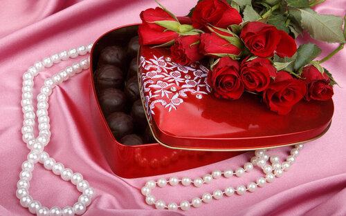 Розы, жемчуг, коробка с конфетами открытка поздравление картинка