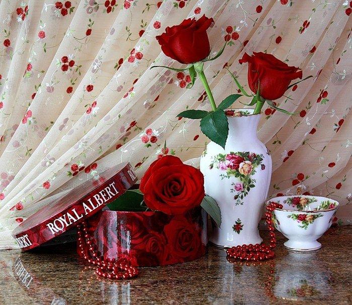 Троянди в прекрасному посуді на тлі фіранки листівка фото привітання малюнок картинка