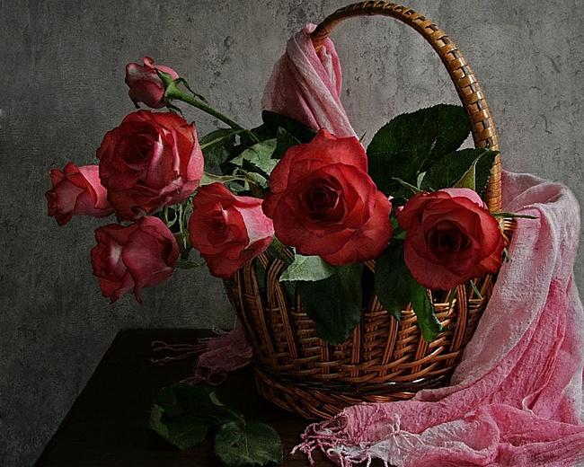 Розы в корзине, на которую накинут розовый шарф