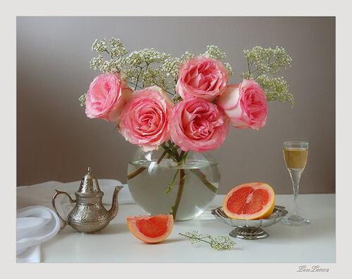 На столе розы и фрукты открытка поздравление картинка