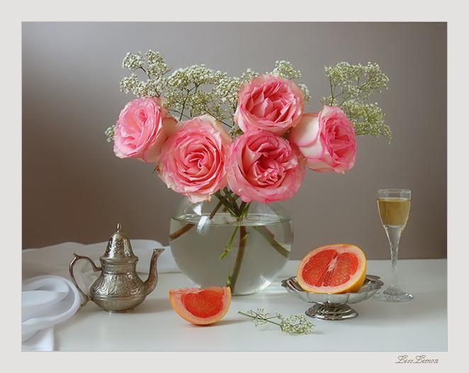 На столе розы и фрукты
