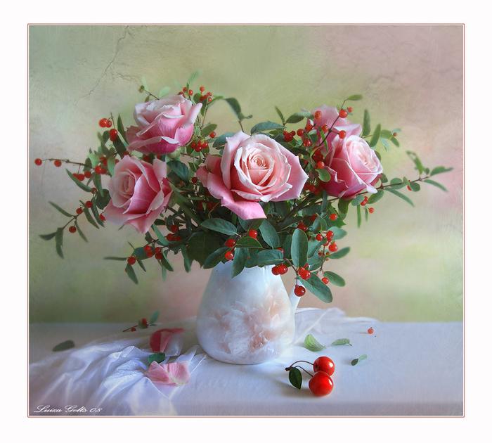 Під букетом троянд лежать вишеньки листівка фото привітання малюнок картинка