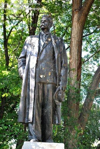 памятник максиму горькому в луганске парк имени горького