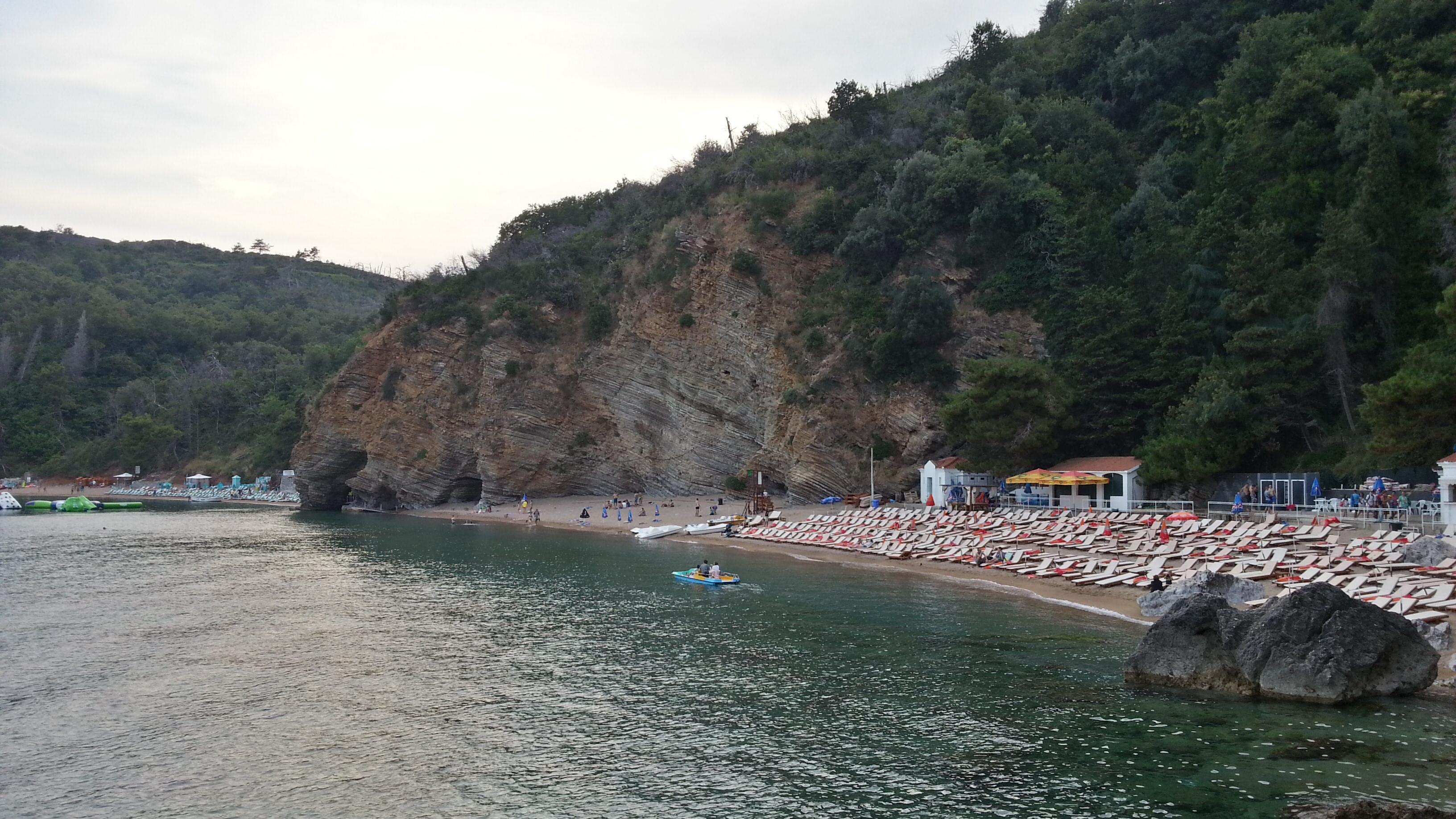 Особые песчаные пляжи за Будвой. Вдалеке от жилья и под защитой скал.