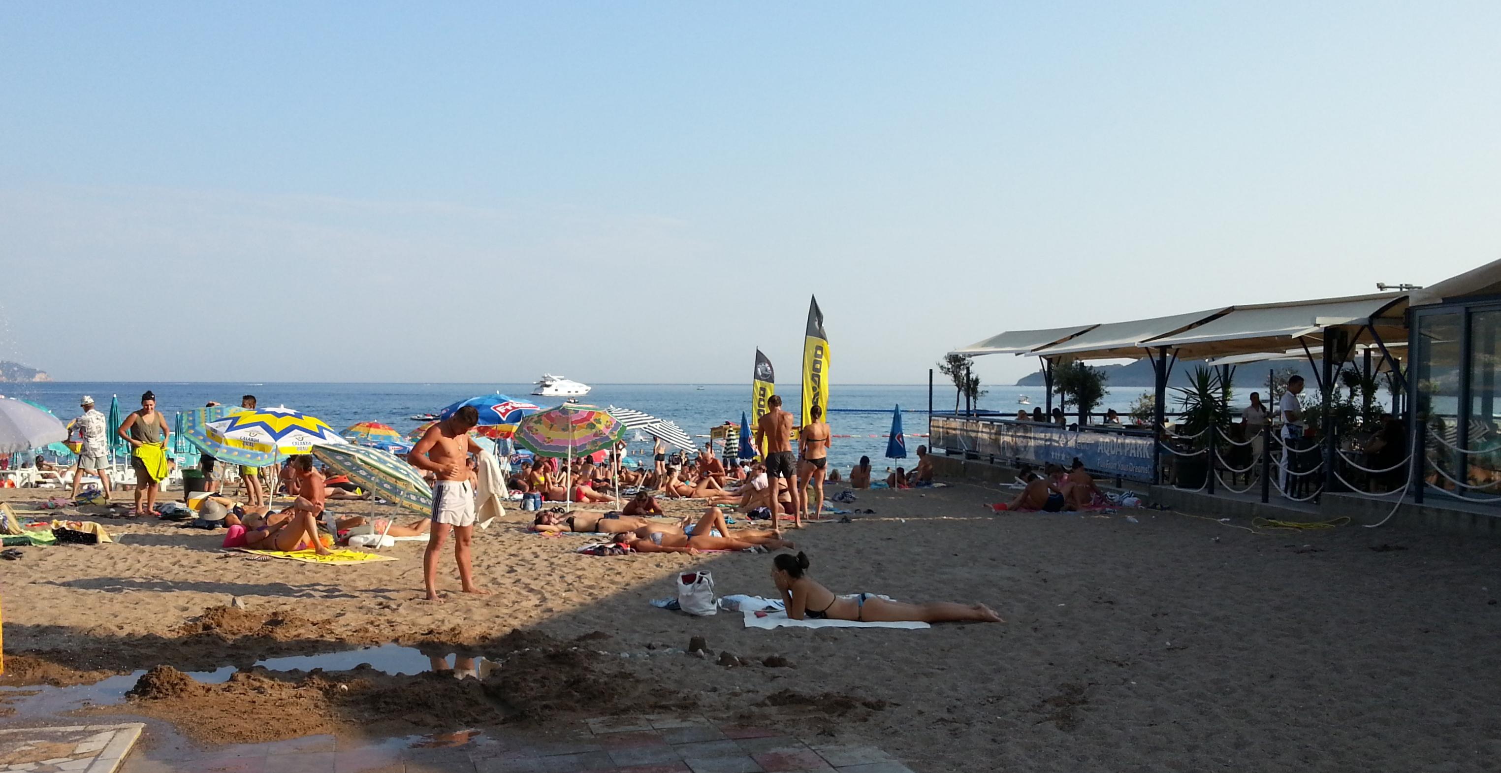Муниципальный пляж в Бечичи вечером.