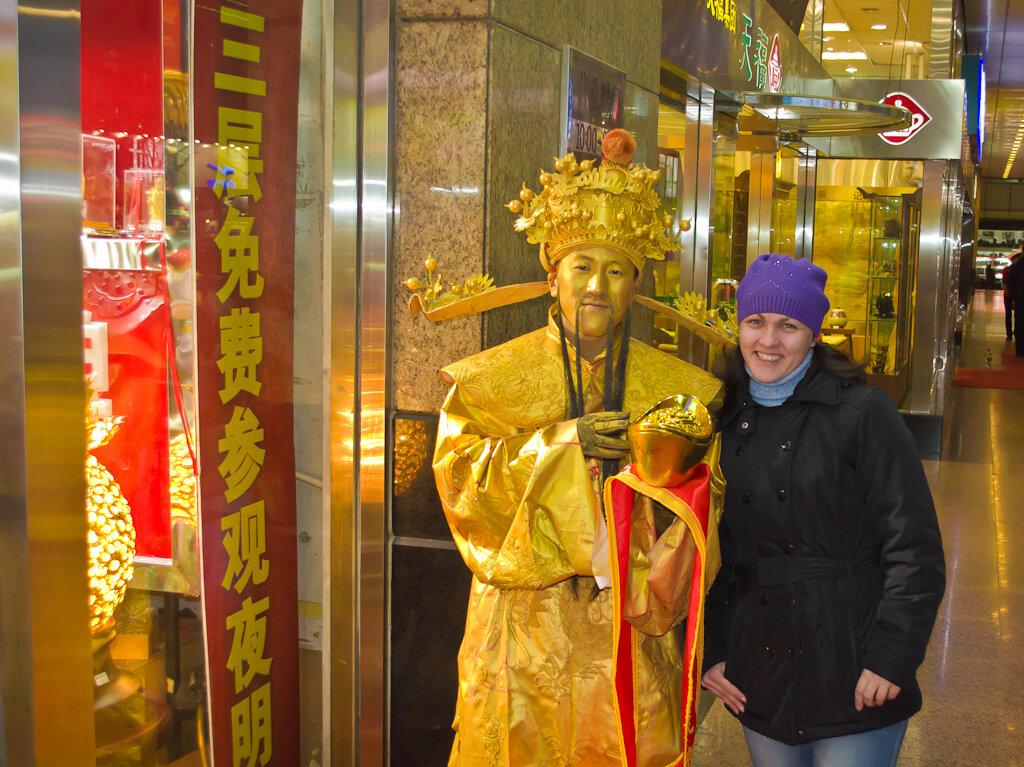 Отдых в Китае. Золотой человек у входа в один из торговых центров на улице Ванфуцзин (Wangfujing) в Пекине