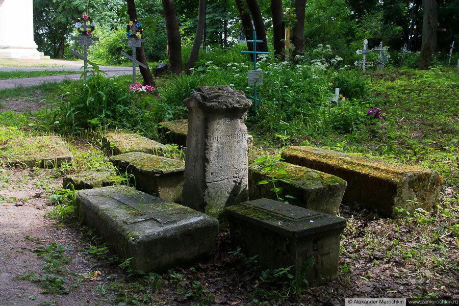 Старые могилы рядом с храмом Усекновения главы Иоанна Предтечи в Коломенском