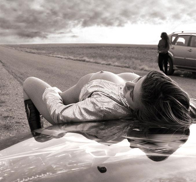 сексуальная женщина, автомобиль, дорога