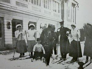 Лыжники у Большого дворца