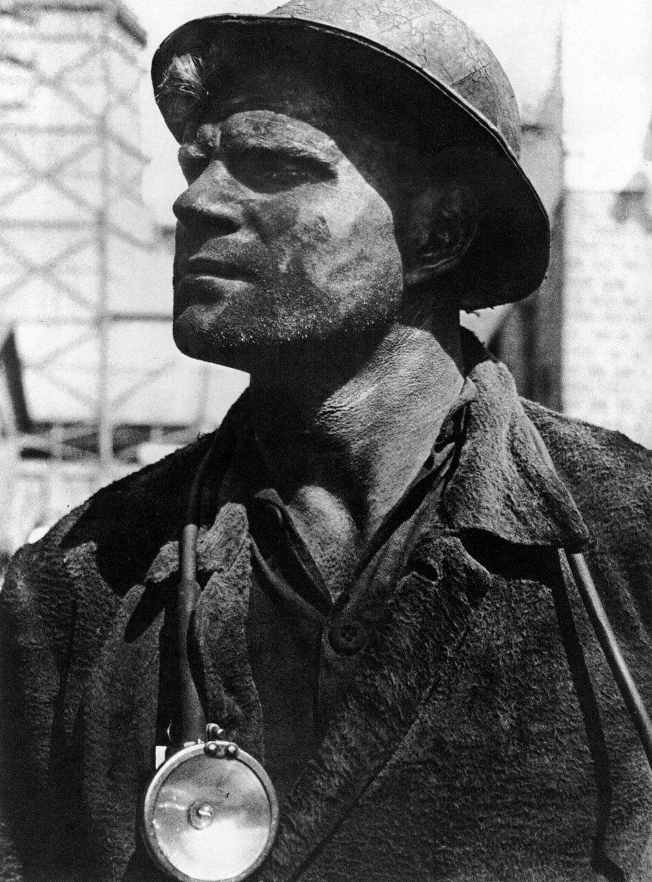 Знатный забойщик Изотов. 1934 год