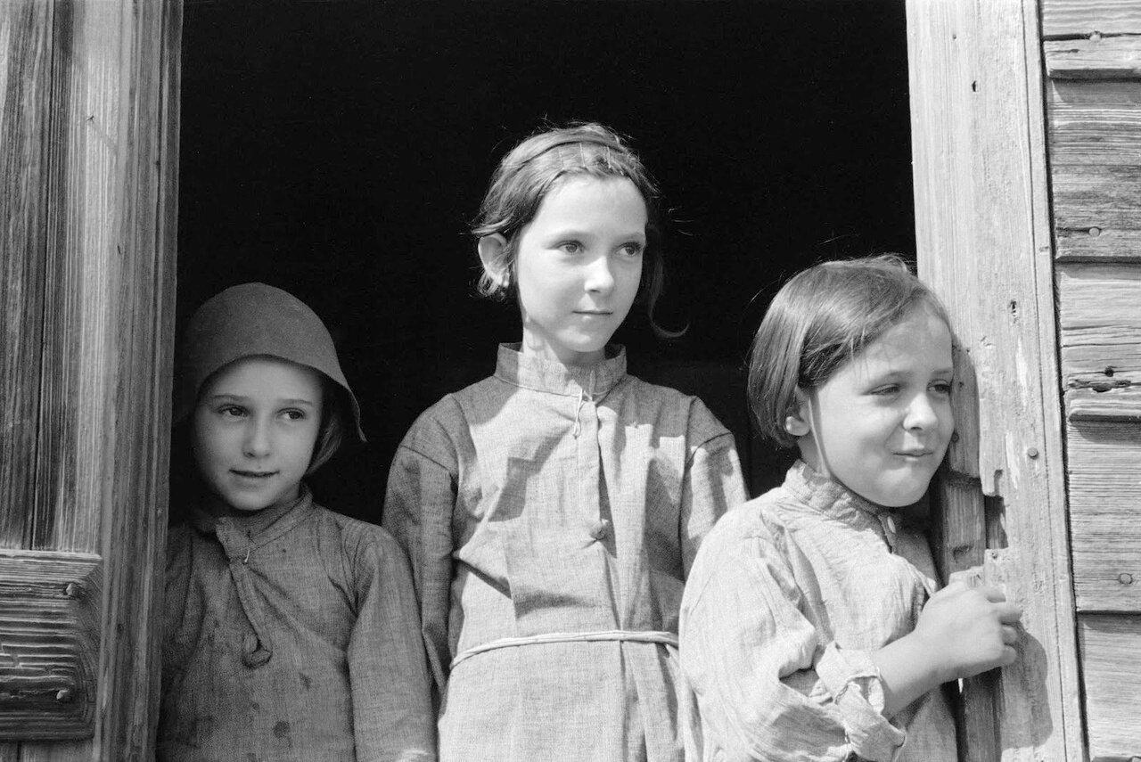 Дочери сезонного рабочего, работающего в полях сахарного тростника около Новой Иберии, Луизиана, 1938