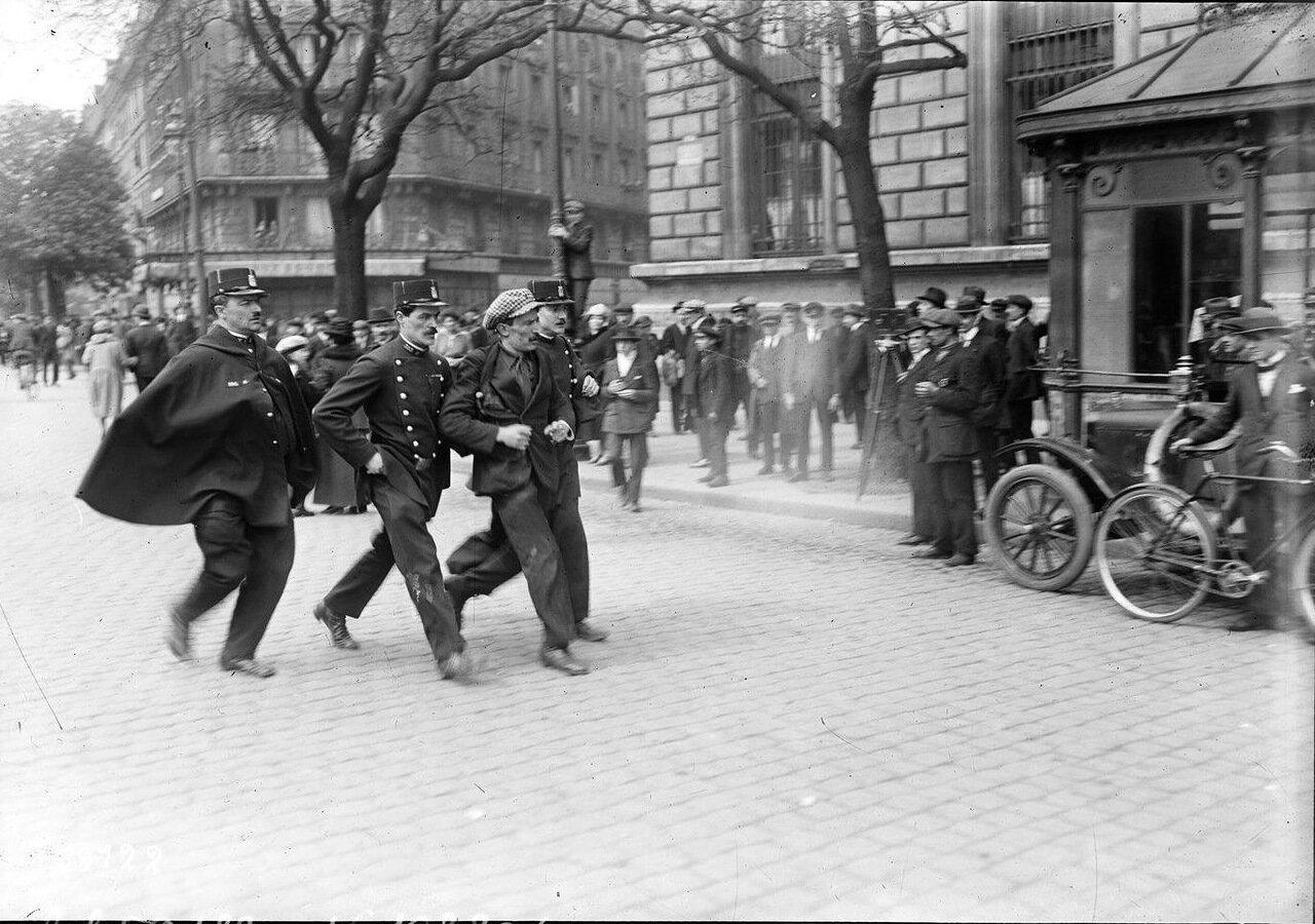 Задержание демонстрантов полицией на Площади Республики
