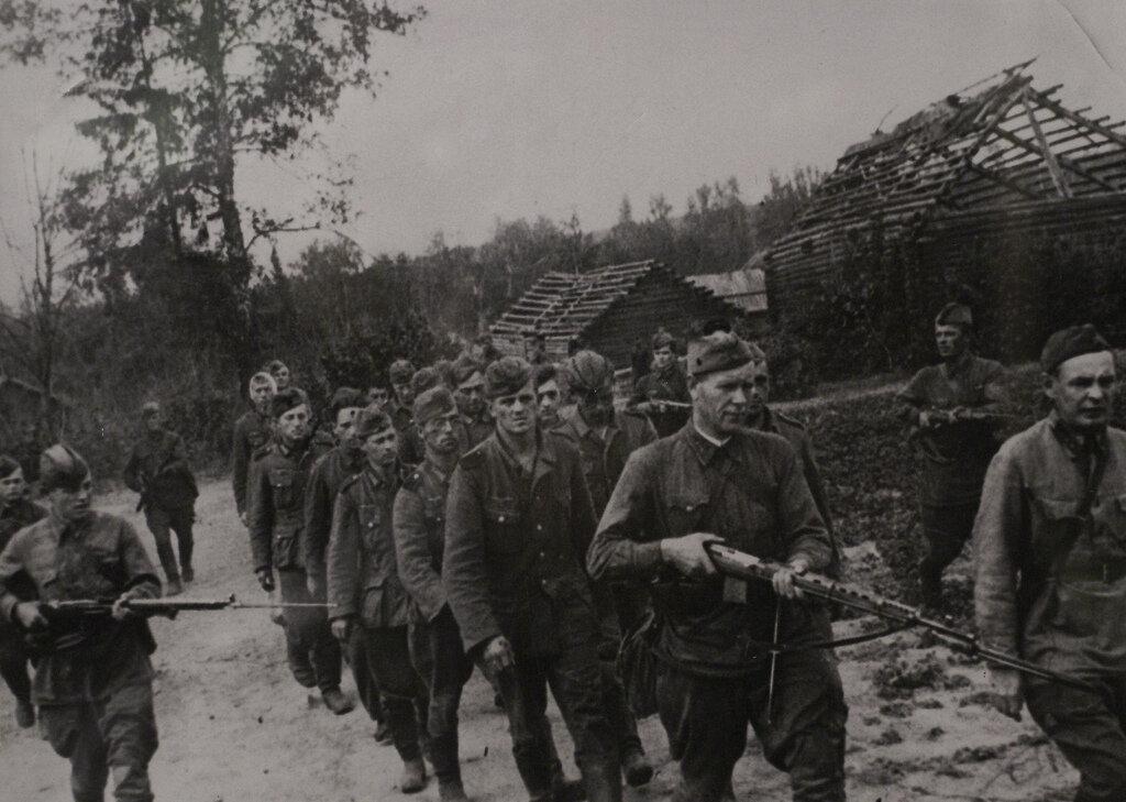 1941. Немецкие военнопленные под охраной русских солдат