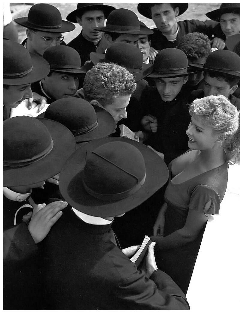 1955. Итальянская актриса Мариса Алласио в окружении поклонников