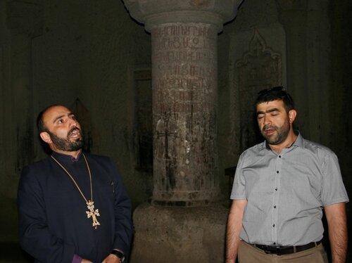 Поют настоятель Гегарда Отец Тарон и настоятель Армянской церкви в странах Балтии Отец Хосров