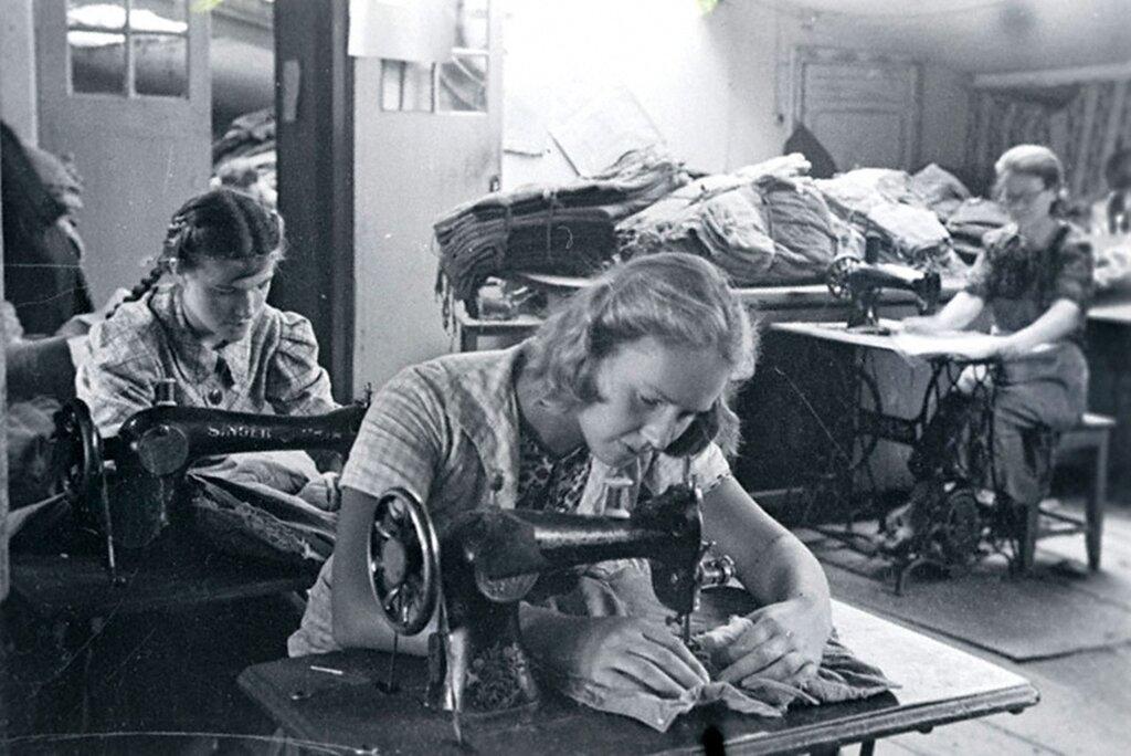 Учащиеся владивостокской средней школы № 1 за починкой обмундирования.  Сентябрь 1942 г. Владивосток.