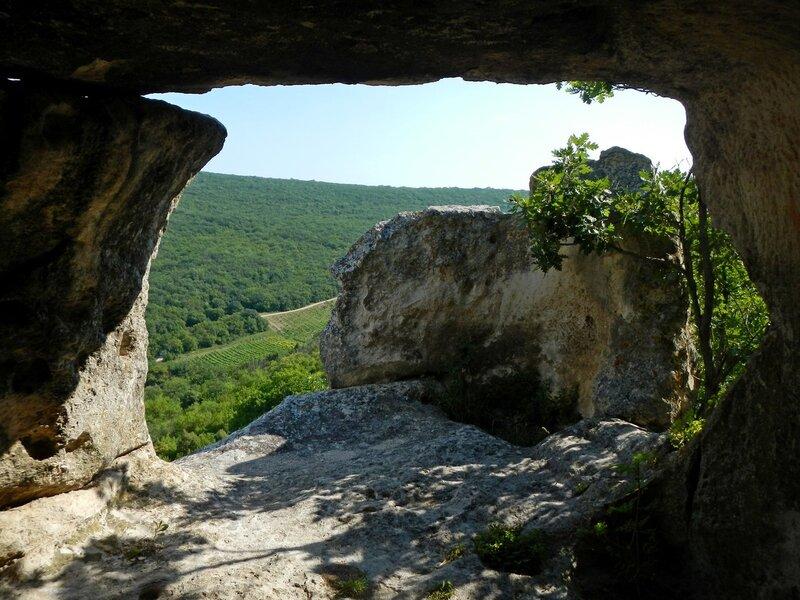 Вид из пещеры со сломанным потолком в Эски-Кермен