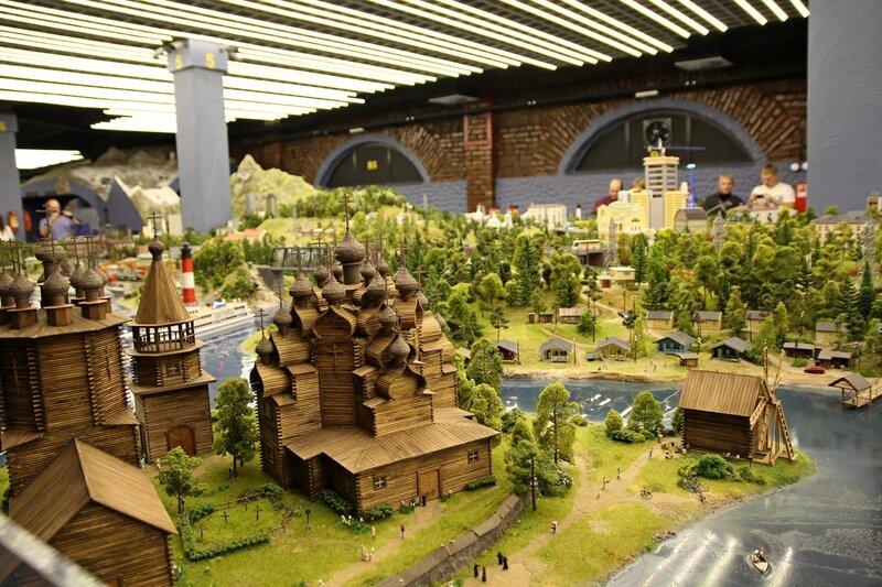 Гранд макет: выставка деревянного зодчества - деревянные многоглавые церкви, погост, ветряная мельница на излучине реки