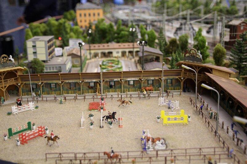 Гранд макет: конный клуб. Соревнования по конкуру на манеже