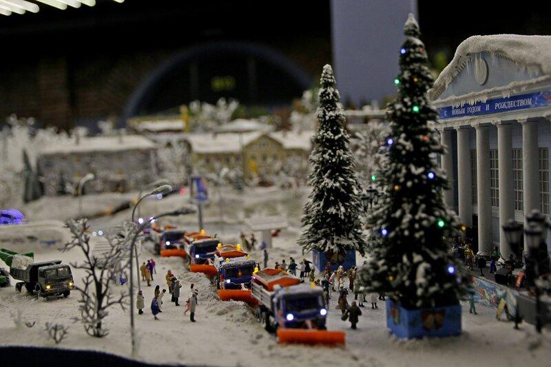Гранд макет: снегоуборочные машины чистят дорогу перед домом культуры