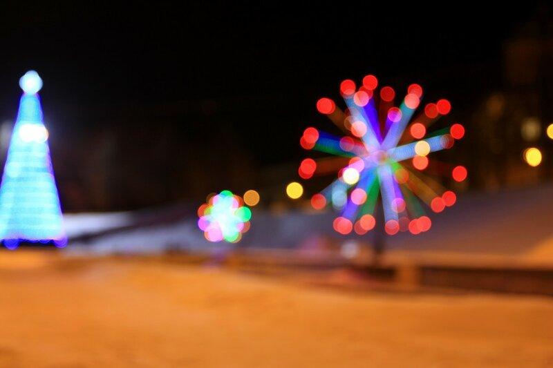 Бокэ от огоньков световых инсталляций и ёлки в овраге Засора