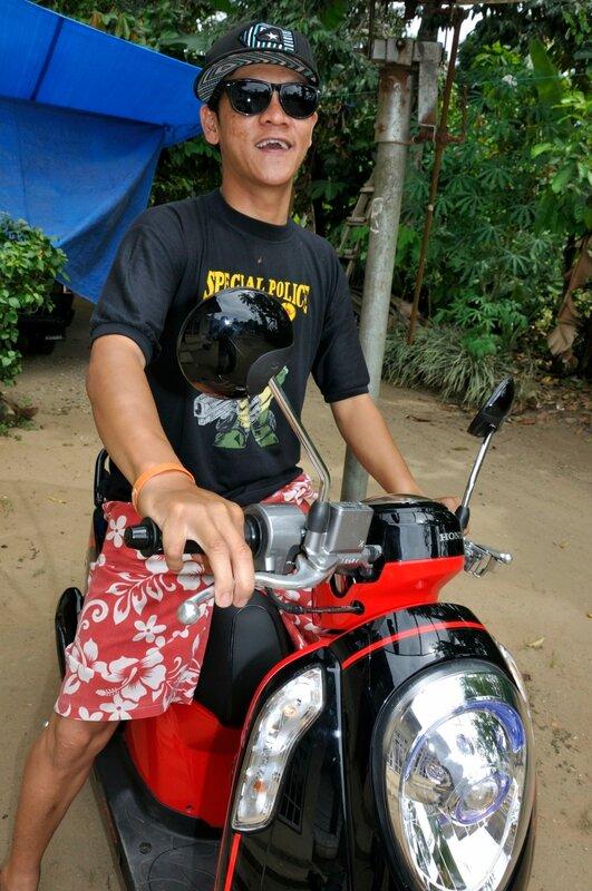 Индонезиец на мотобайке