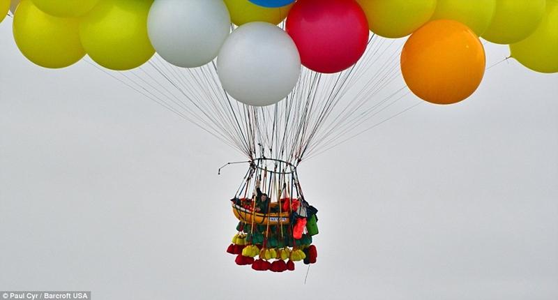 Американец решил перелететь Атлантический океан на 300 воздушных шарах