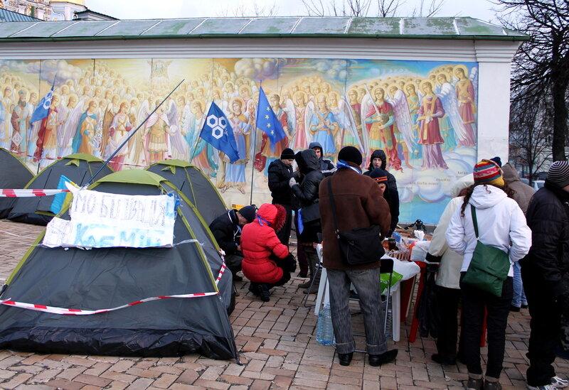 Палатки под фресками