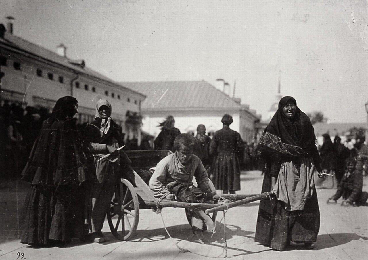 Паломники, пришедшие к монастырю в надежде исцелиться. Саров, 1903.