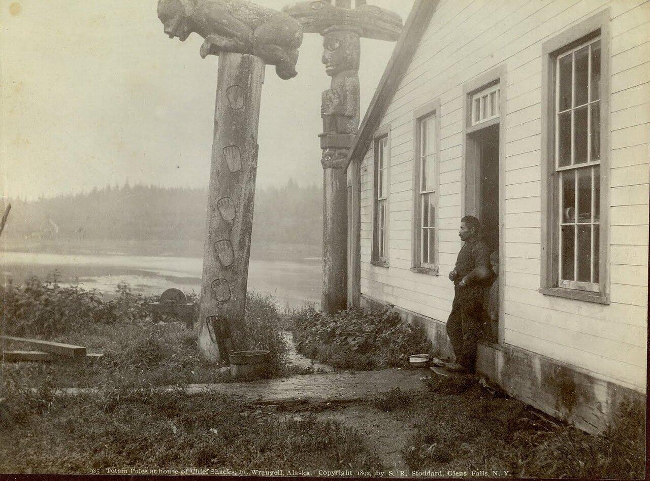 1892. Тотемы возле дома вождя Шейка в деревне Каачксан