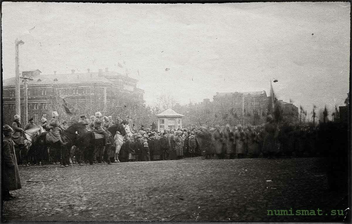 Шествие колонны солдат по театральной площади